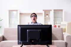 L'homme observant 3d TV à la maison Photo stock