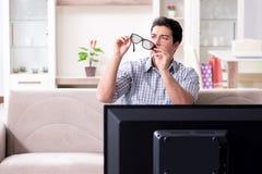 L'homme observant 3d TV à la maison Images libres de droits