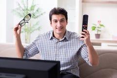 L'homme observant 3d TV à la maison Photographie stock