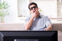 L'homme observant 3d TV à la maison Photos libres de droits