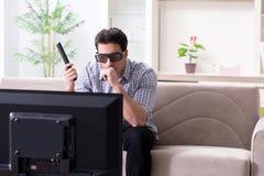 L'homme observant 3d TV à la maison Photographie stock libre de droits