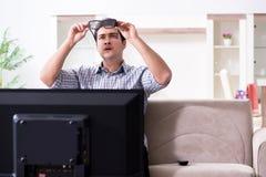 L'homme observant 3d TV à la maison Photo libre de droits