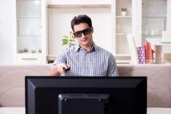L'homme observant 3d TV à la maison Image libre de droits