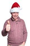 L'homme occasionnel supérieur dans le chapeau de Santa fait le signe correct Photographie stock libre de droits