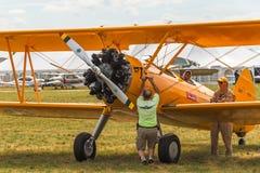 L'homme opère N2S-1 à la manivelle Bush Stearman Photographie stock libre de droits