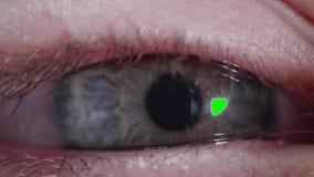 L'homme ou la femme caucasien regarde l'appareil-photo L'écran vert du périphérique mobile est reflété dans l'élève banque de vidéos