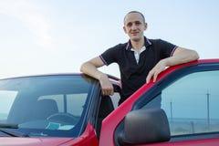 L'homme a ouvert la portière de voiture image libre de droits
