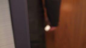 L'homme ouvre la porte utilisant la carte principale de sécurité banque de vidéos