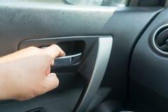L'homme ouvre la voiture de l'intérieur Endroit pour votre texte images stock