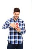 L'homme ouvrent un cadre de cadeau Photographie stock libre de droits