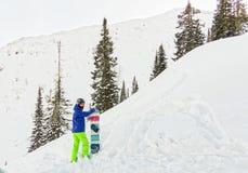L'homme parasitaire se tient sur le flanc de montagne dans un casque et des WI Photo stock