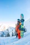 L'homme parasitaire se tient sur le flanc de montagne dans un casque et des WI Image stock
