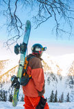L'homme parasitaire se tient sur le flanc de montagne dans un casque et des WI Photographie stock