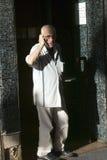 L'homme parle du téléphone portable à Barcelone, Espagne, LIBÉRATION de MODÈLE de région de Barri Gotic Images libres de droits