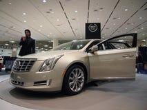 L'homme parle du véhicule de Cadillac CTS photos stock
