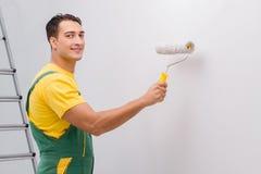 L'homme peignant le mur dans le concept diy Images stock