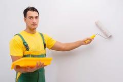 L'homme peignant le mur dans le concept diy Image stock