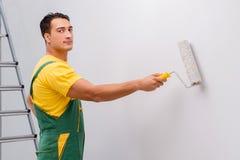 L'homme peignant le mur dans le concept diy Images libres de droits