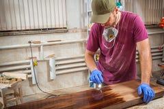 L'homme peint un en bois photo libre de droits