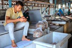 L'homme persan lit le message sur l'affichage de téléphone portable, Iran Photos stock
