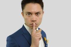 L'homme place le doigt sur le langage du corps de lèvres Photographie stock libre de droits