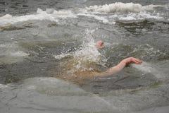 L'homme plonge dans un glace-trou Images libres de droits