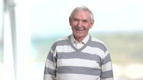 L'homme plus âgé rit, fond brouillé clips vidéos