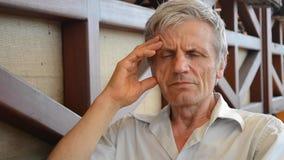 L'homme plus âgé sérieux pensent, se reflètent banque de vidéos