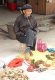 L'homme plus âgé vend des racines de gingembre au marché dans Yangshuo Chine image stock