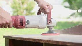 L'homme polit les produits en bois boisage banque de vidéos