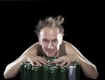 L'homme pompette heureux près de la bière vide cogne Images libres de droits