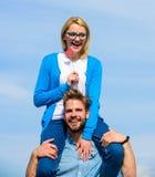 L'homme porte l'amie sur des épaules, fond de ciel Concept romantique de date Date heureuse de couples ayant l'amusement ensemble Photos libres de droits