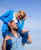 L'homme porte l'amie sur des épaules, fond de ciel La femme apprécient la date romantique parfaite Date heureuse de couples ayant Photos libres de droits