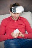 L'homme porte des lunettes de réalité virtuelle avec le smartphone à l'intérieur Photos libres de droits