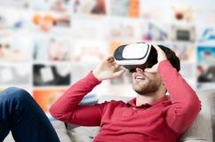 L'homme porte des lunettes de réalité virtuelle avec le smartphone à l'intérieur Photos stock