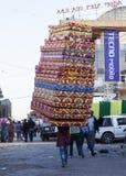 L'homme porte des matelas sur le marché de Merkato Addis Aba Image libre de droits