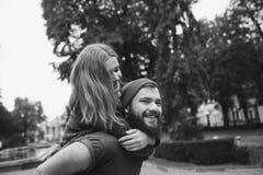 L'homme porte son amie sur le dos Photographie stock libre de droits