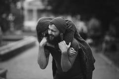 L'homme porte son amie sur le dos Photos libres de droits