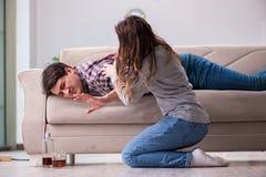 L'homme potable de mari bu par problème dans un jeune concept de la famille Images libres de droits