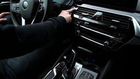 L'homme pousse le bouton marche dans la voiture banque de vidéos