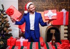 L'homme a préparé des cadeaux pour chacun Bonheur et joie écartés Concept de générosité Cadeaux pour des collègues Lesquels est l photographie stock libre de droits