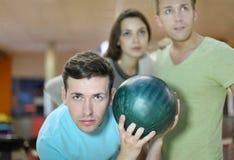 L'homme prépare au jet de la bille dans le bowling Photos libres de droits