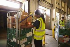 L'homme prépare et balaye des paquets dans un entrepôt pour la livraison photos stock