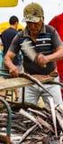 L'homme prépare les poissons fraîchement pêchés pour le marché Photos libres de droits