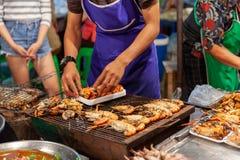 L'homme préparent des crevettes roses pour la vente Photographie stock