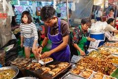 L'homme préparent des crevettes roses pour la vente Image stock