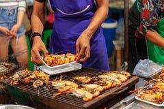 L'homme préparent des crevettes roses pour la vente Photo libre de droits