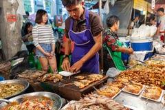 L'homme préparent des crevettes roses pour la vente Image libre de droits