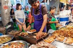 L'homme préparent des crevettes roses pour la vente Photos libres de droits