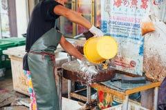 L'homme préparent les poissons pour la vente Image stock